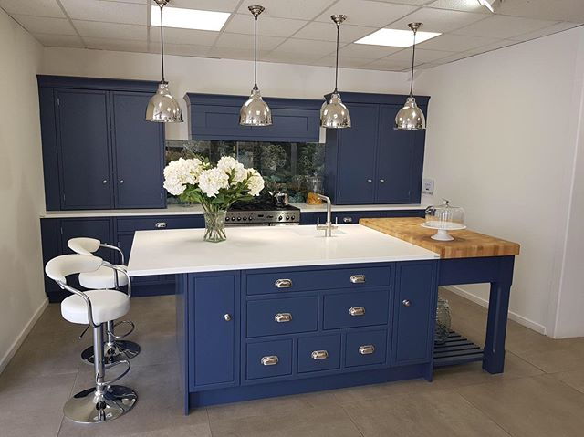 We love this lovely combination of midnight blue cabinets and #Tristone Frost Quartz on display at the Colchester branch of Kent Blaxill! Learn more about our Display Network: https://bit.ly/2IWfOAr 🎨 Frost Quartz (F111) 🛠 Fabricated by @TotalTopsEssex  #Showroom #SolidSurface #Tristone #TristoneUK #KitchenDesign #DisplaySupport #ProjectSupport #InteriorDesign #YourTristoneCreation