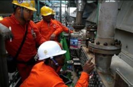 inspecting flange.png