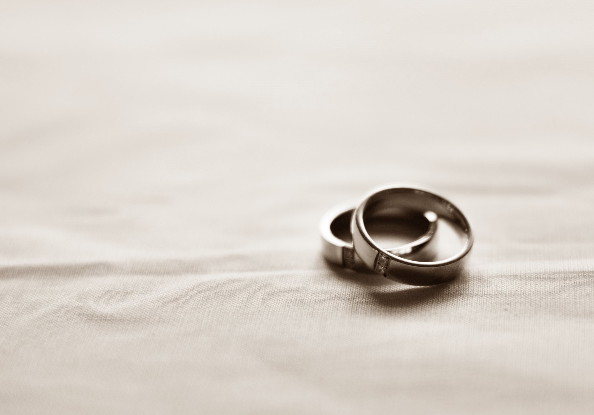gold-jewelries-marriage-1345186.jpg