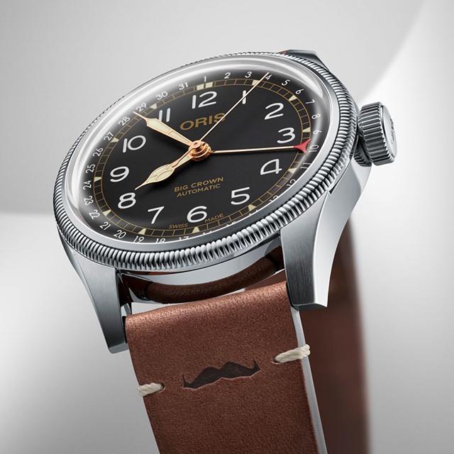 ORIS - I över 110 år har Oris tillverkat klockor i Schweiz. Alla Oris klockor är mekaniska och är märkta med deras design och en röd rotor som är symbolen av märket.