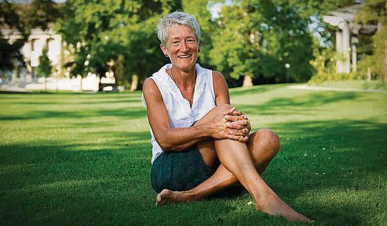 Erzählt Geschichten von ihrem Leben auf der Alp: Ute Lohmeyer im Stadtpark. (Bild: Urs Bucher, Quelle:  tagblatt.ch )