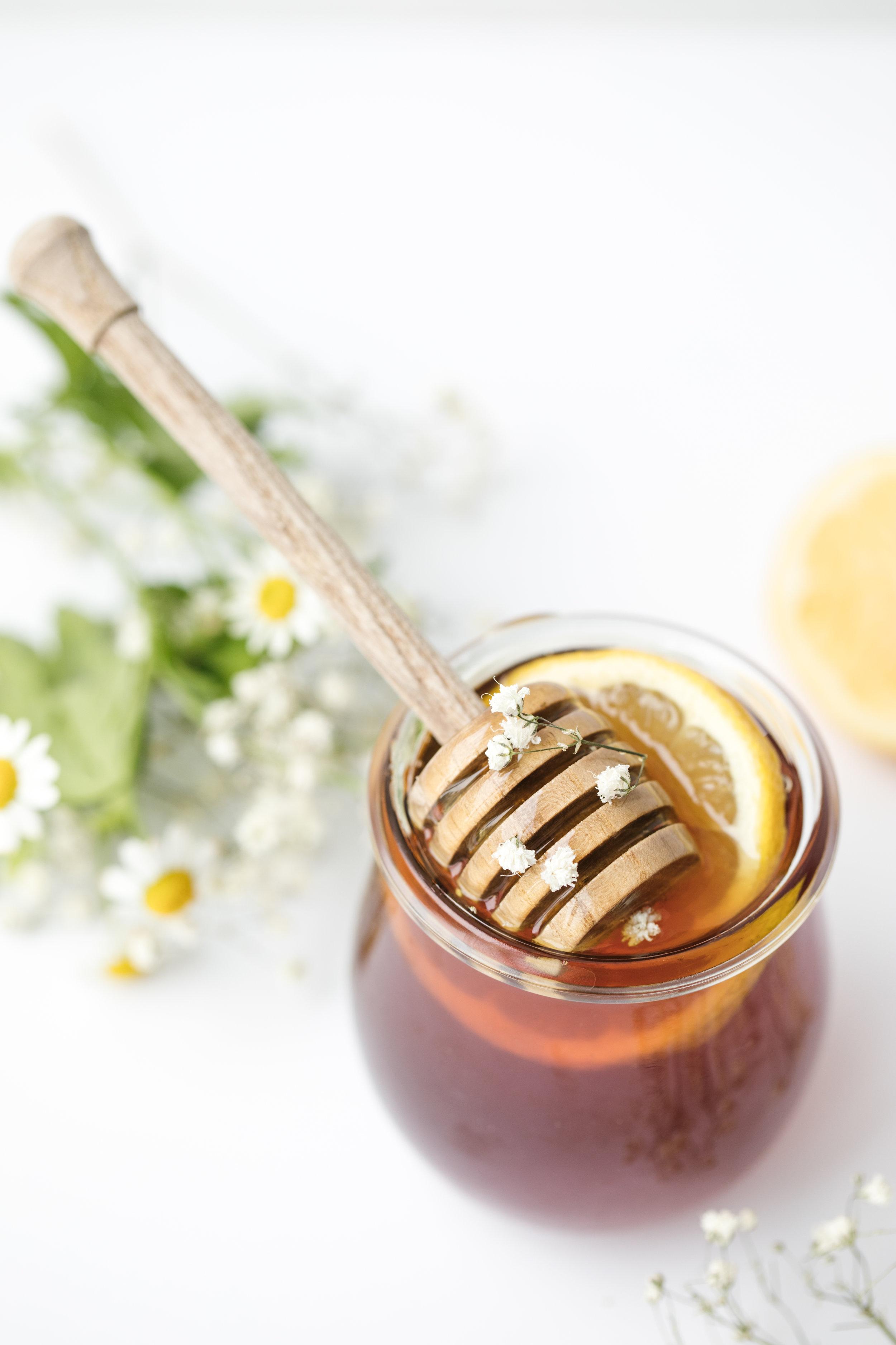 Miel - ll contient des enzymes, des antibiotiques naturels, des antioxydants et des vitamines (A, B, C). Son goût onctueux et doux calme le corps et stimule les endorphines, faisant du miel un bon aliment contre le stress et l'anxiété.