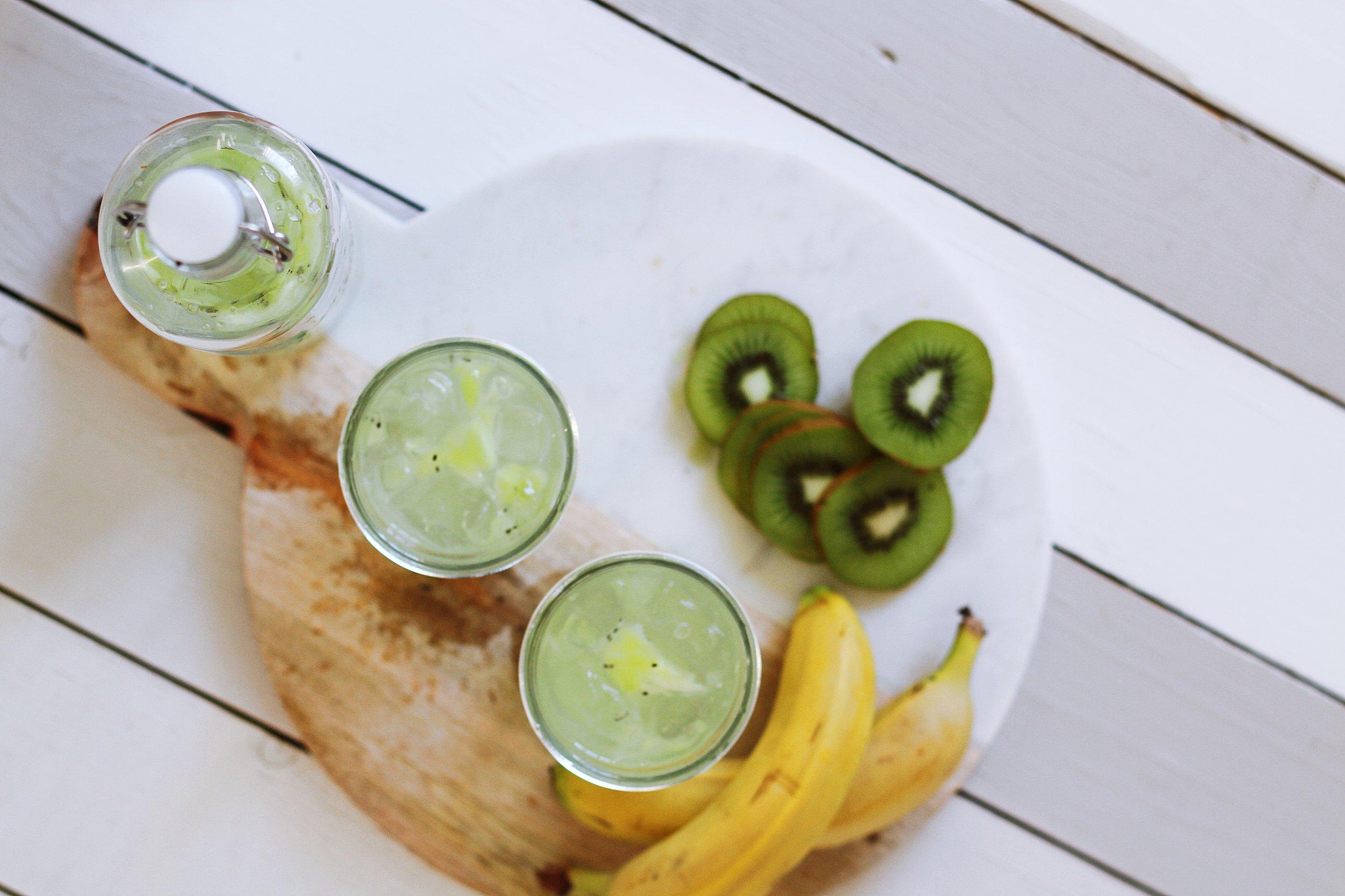 Kiwi & banane - Le kiwi est le champion de la vitamine C , aussi riche en vitamines E et B9, en bêta-carotène, en potassium. Grâce à ses teneurs en tryptophane, potassium et magnésium, la banane est reconnue pour lubrifier les intestins et détoxifier le corps.