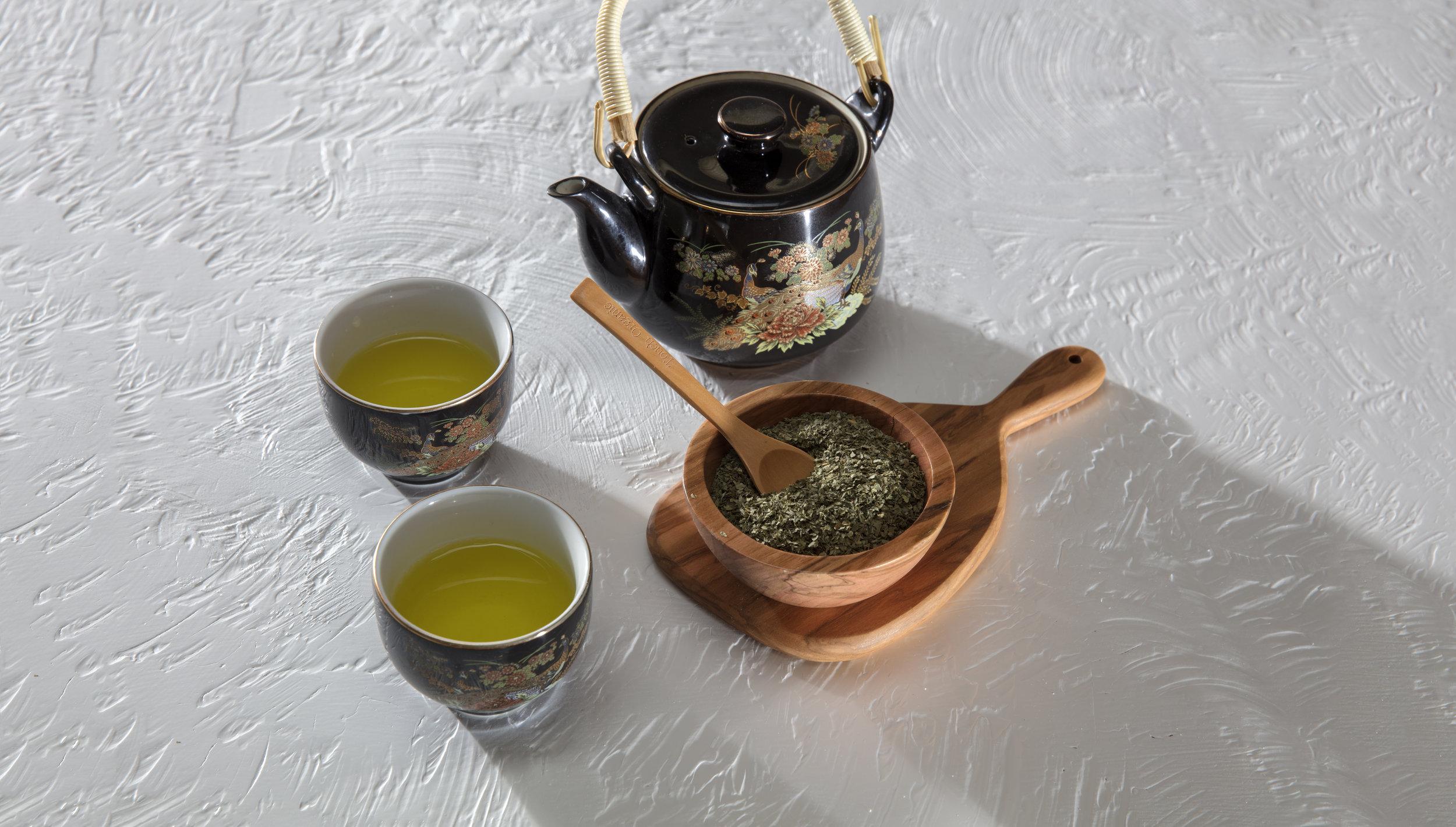thé vert - Il comporte une grande quantité d'antioxydant : la catéchine, ainsi que de la théanine est un genre d'acide aminé qui a des effets relaxants et qui contribue à la réduction de la nervosité.