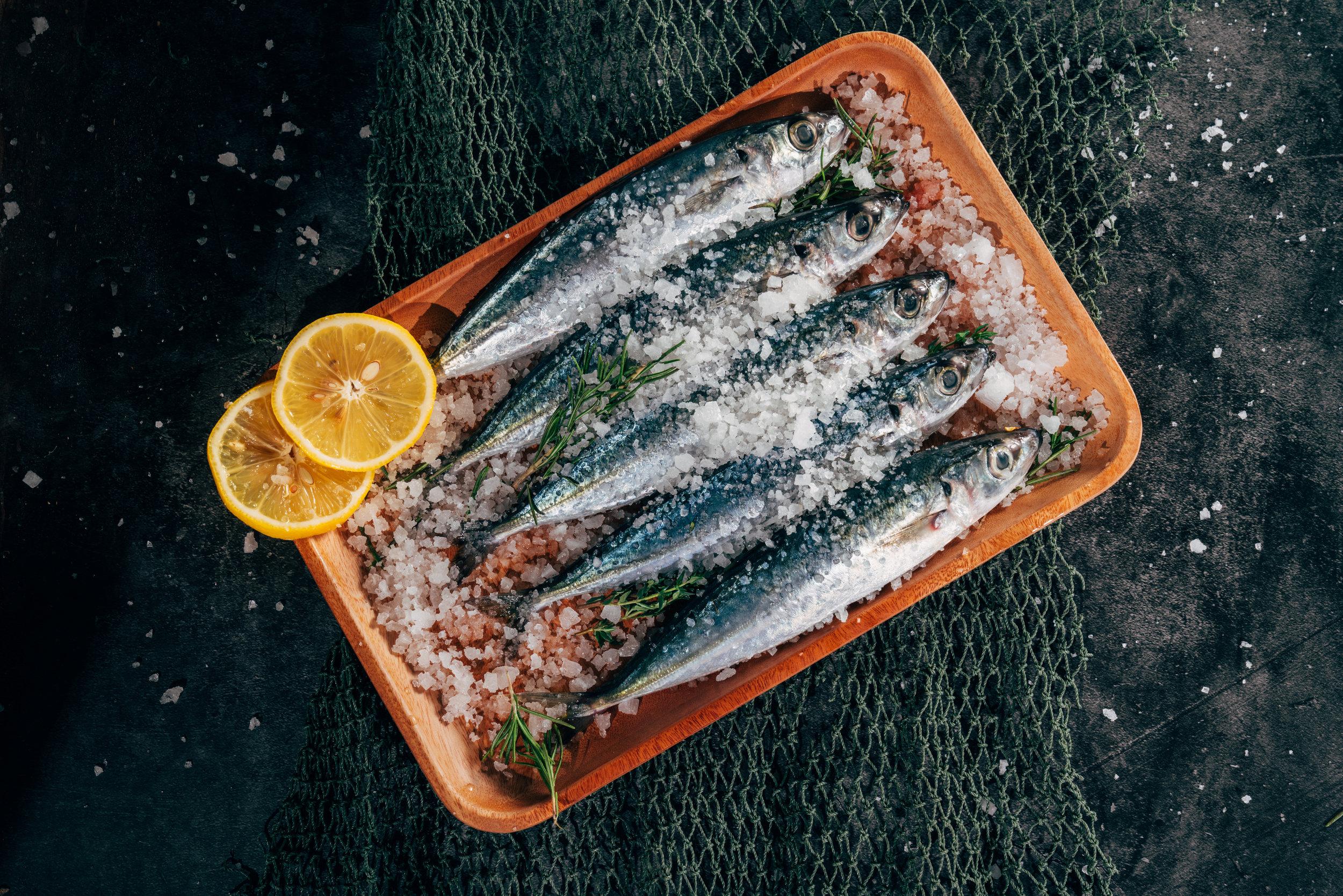 poissons gras - Les poissons gras (anchois, sardine, thon, saumon, maquereau, hareng...) exercent sur la fabrication de mélatonine, une hormone qui régule le sommeil. Ils regorgent en fait d'acides gras polyinsaturés et spécifiquement d'oméga-3