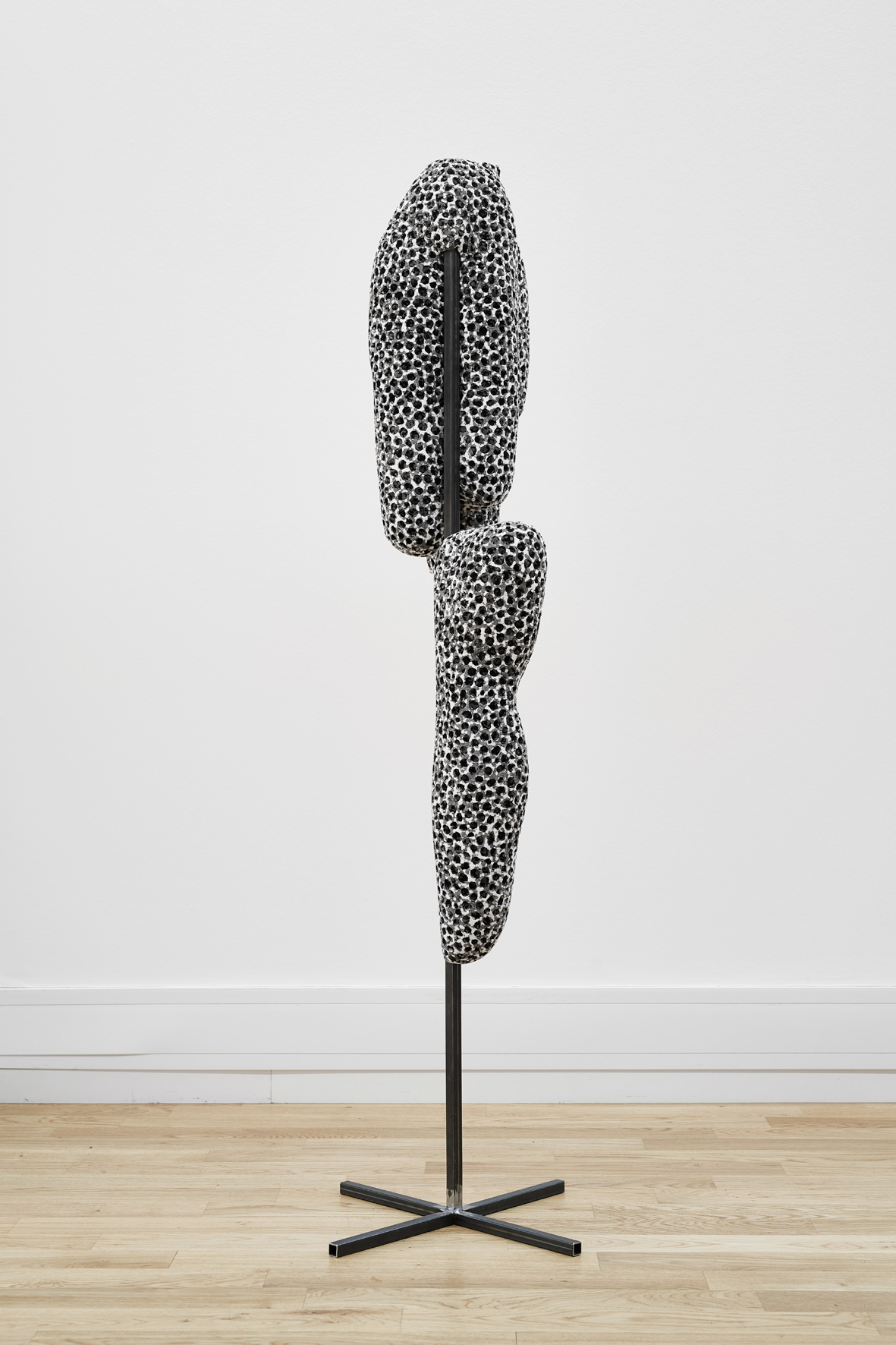 o. T. | 2018 | Eisen, Styropor, Acryl | 134 x 40 x 40 cm | ©GALERIE ALBER