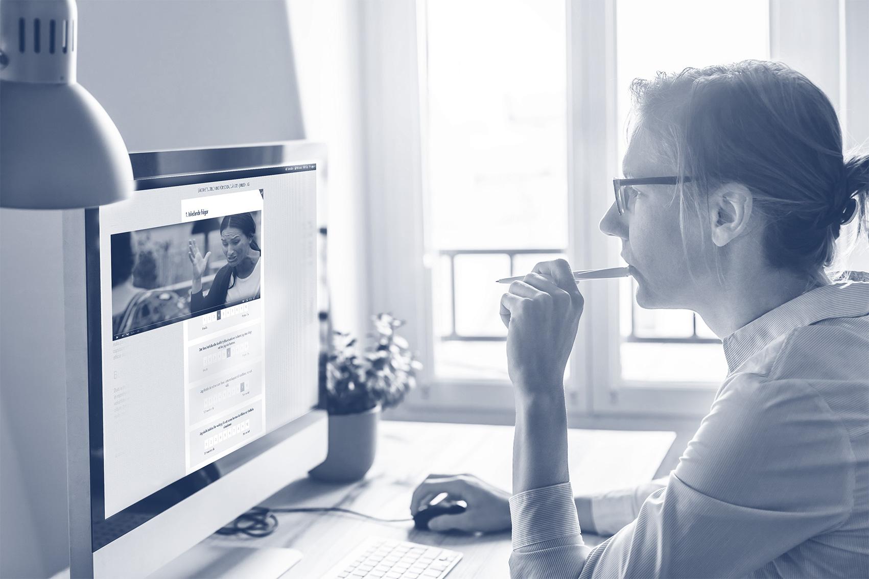 Webbutbildningen innehåller film, interaktiva kunskapssidor, frågor, intervjuer och exempel