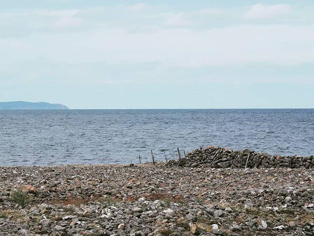 Joggar vid havet