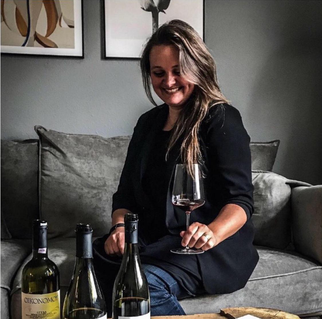 Oinifilia - Importerer græsk vin til København Maria Tsalapati importerer græske naturvine til sit fantastiske lille vinkapel på Nørrebro. Ingen er mere passioneret, stolt og glad for sine vine end Maria er. Med en græsk baggrund ligger det hende særligt på sinde at få spredt ordet om disse vine, og hvor høj kvalitet de er af. Og hvis der er noget, der er sikkert, så er det, at du ikke vil blive skuffet, hvis du vælger et glas eller en flaske af det græske vin, vi har på hylderne.