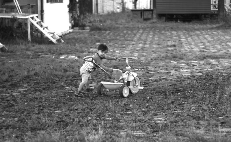 Enfant tricycle soelil.jpg