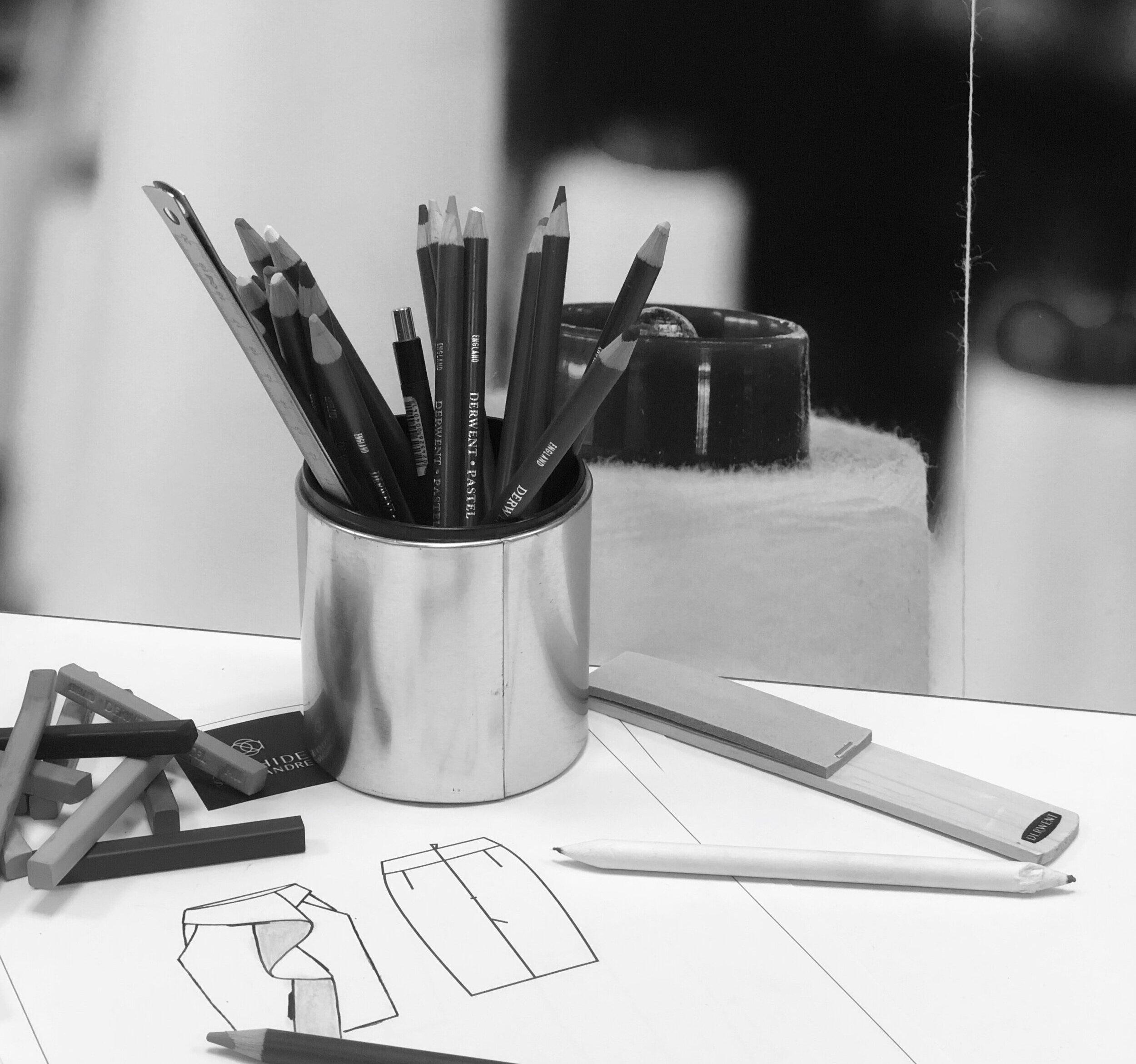 """NOS INSPIRATIONS - """"Je puise mon inspiration de la matière, de l'architecture, de mes voyages, mes rencontres, mes clientes"""" AnahideLa matière, les formes et textures sont une source de création inépuisable. Associées aux savoir-faire de mes tisseurs, plisseurs, brodeurs… les idées affluent, s'entrechoquent commence alors un long processus d'associations de formes, de couleurs guidée par un thème d'inspiration fort. La structure du vêtement, je la forme et la déforme, la recompose en associant matières lourdes ou fluides qui épousent le mouvement. Rendre réversible le vêtement: un exercice qui me passionne poussant les finitions à l'extrême et des coutures imperceptibles, parfaites. La modularité est un jeu on imagine le vêtement à travers le temps, passant les saisons évoluant au fil du temps, un jeu de superposition inépuisable, une multiplicité de formes couleurs s'associant au fil du temps."""