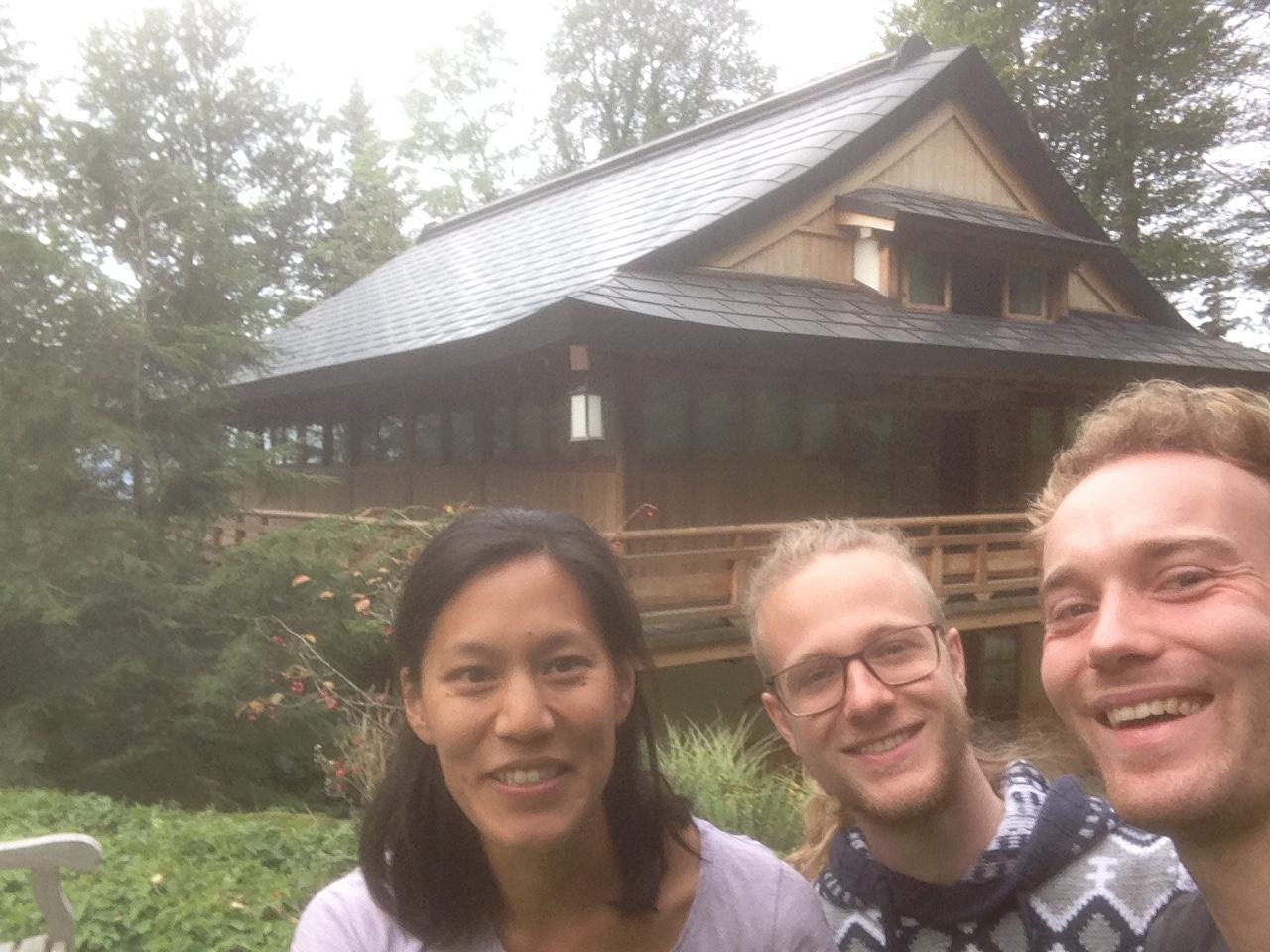 Fröhliche Volontäre vor dem Zendo: Chu-Won, Paul und Milan