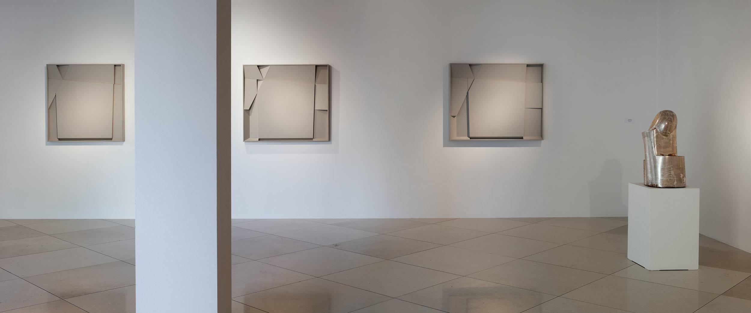 Quadratgebiet I/V, II/V, III/V, 2013, Holz, Karton / Kopf II, 1998, Holz, Blattsilber