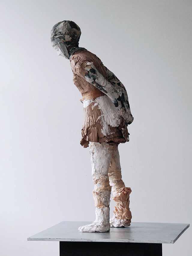 Elisabeth Wagner, Das Staunen (Mädchen mit Kopftuch), 2013, 126 x 30 x 47 cm, Skulptur in Pappe, Rupfen, Gips, Podest aus Stahl und Holz, 174 x 35 x 35 cm