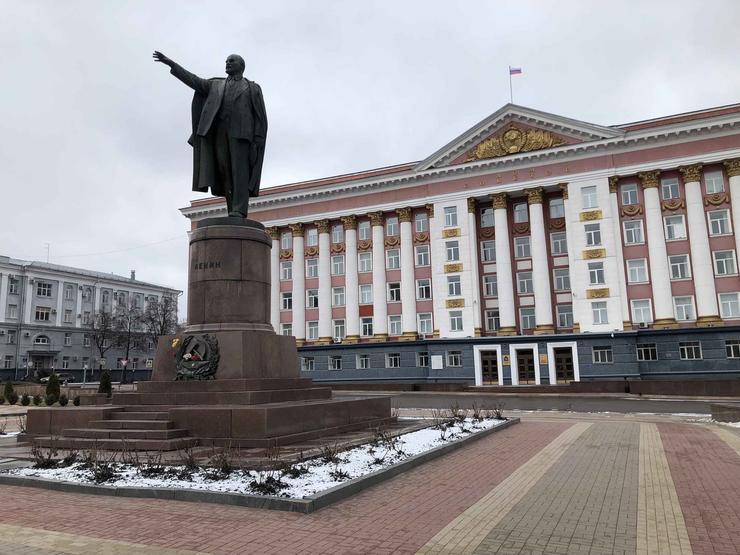 Lenin statue and Office of the Kursk Oblast