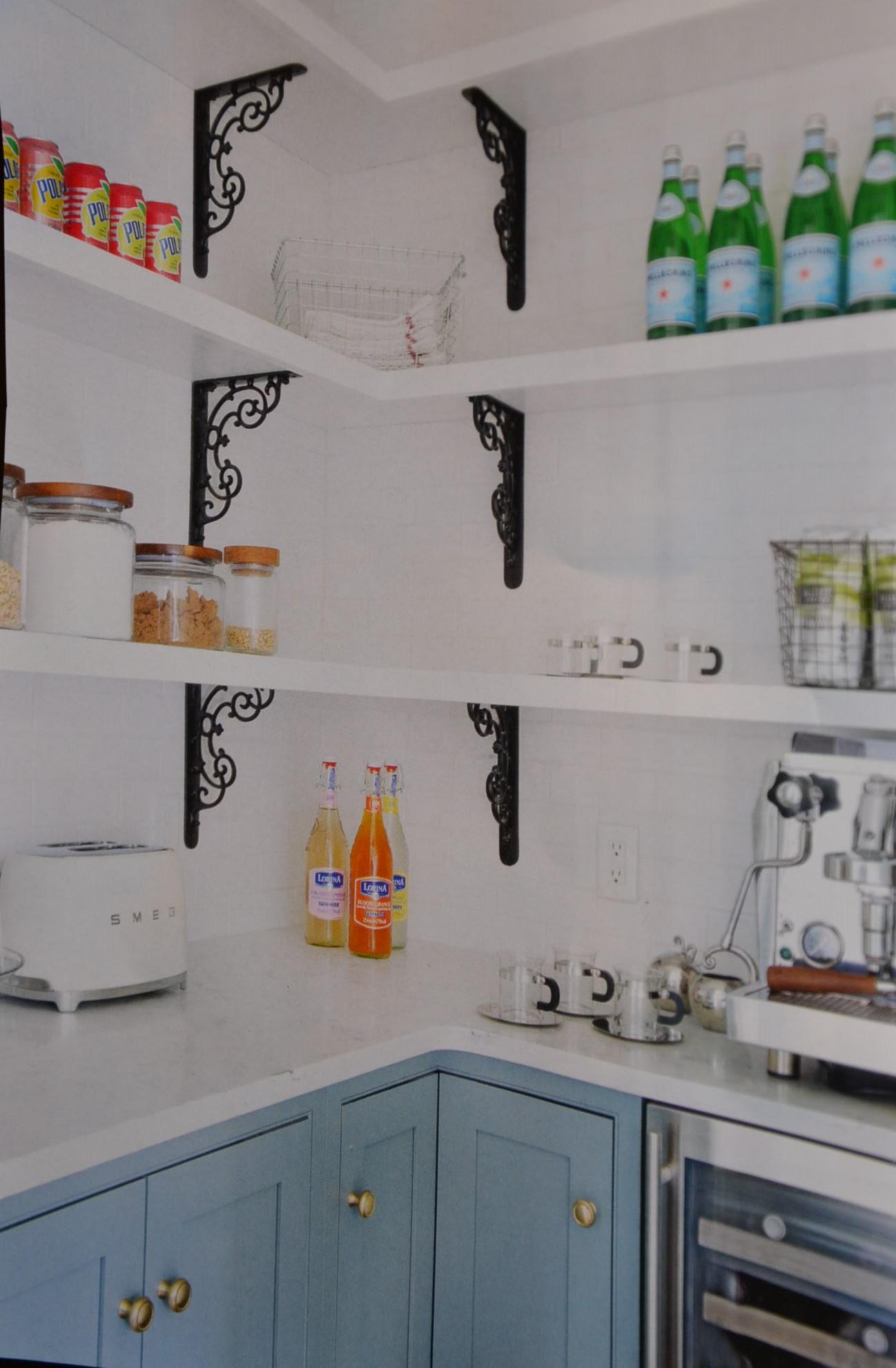 Great Use of Brackets in Open Shelves