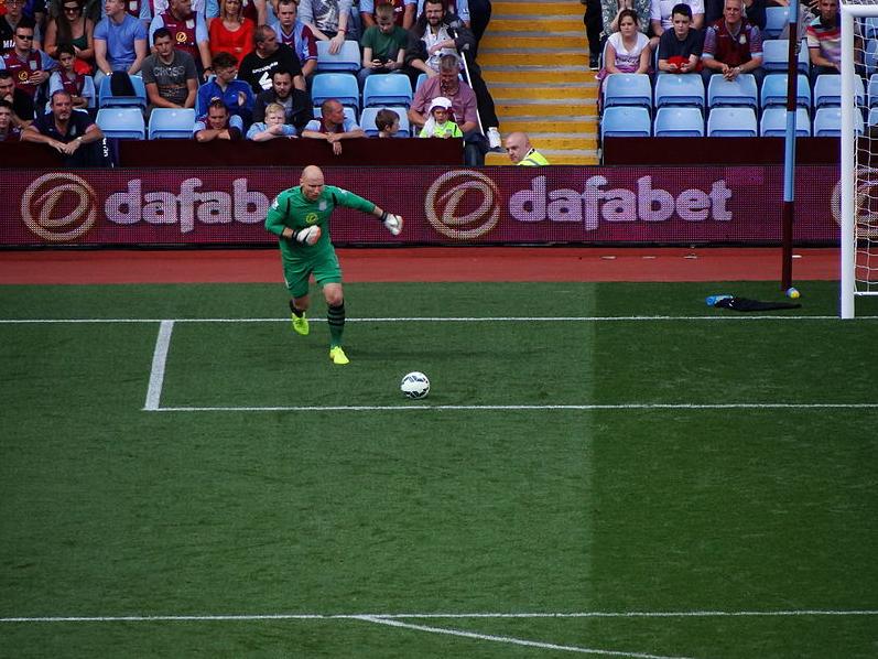 Aston Villa goalkeeper Brad Guzan takes a goal kick (15118521945) jpg - Wikimedia Commons.png
