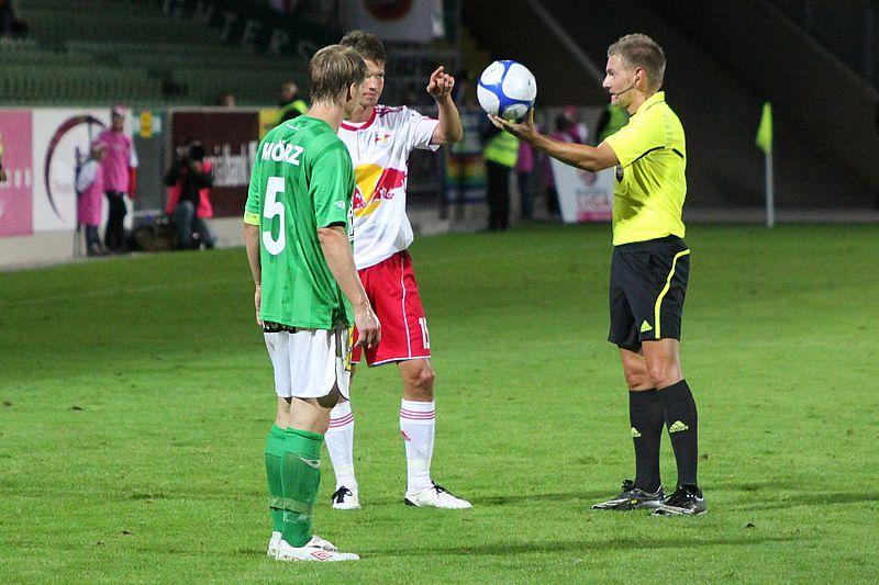 Drop Ball Restart Manuel Schüttengruber, Fußballschiedsrichter (08) jpg - Wikimedia Commons.png