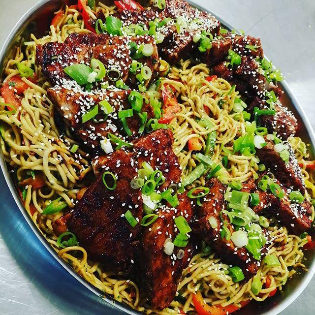 Dagens husmann😎 asiatisk svin med soyaglaze, nudler og digge grønnsaker. Toppes med sesamfrø😍 Kom og prøv 🌞🌞 #asiatisk#husmann#namnam
