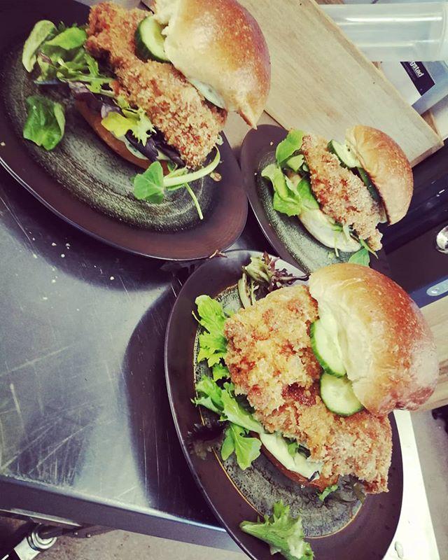 Oversized Cajun fried kyllingburger til husmann idag.  Slår hvertfall ikke feil sammen med sol og noe godt i glasset😎🌞 velkommen😊😊