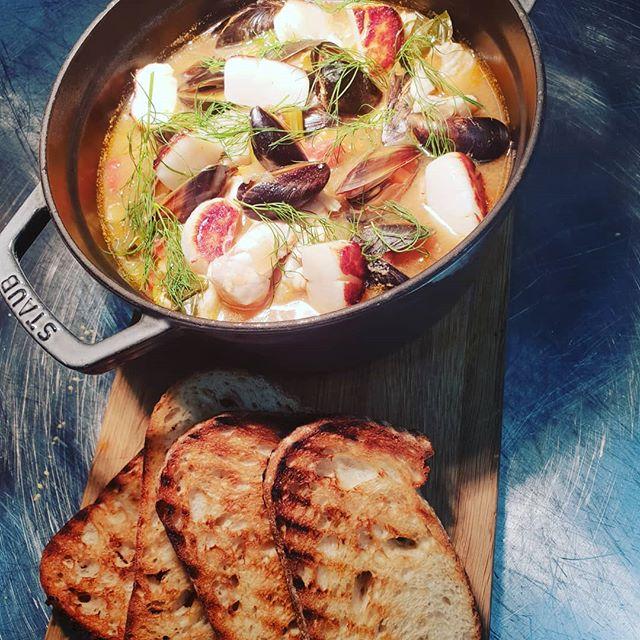Varm og god bouillabaisse med blåskjell, sei og kamskjell😊😊 Kom og smak,  no i det kalde sommarveiret 😎