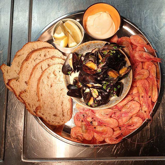 Vi har reker & blåskjell på menyen i sommeren 🌞🌞🌞 #søttogsaltlanternen #søttogsalt #marineholmen