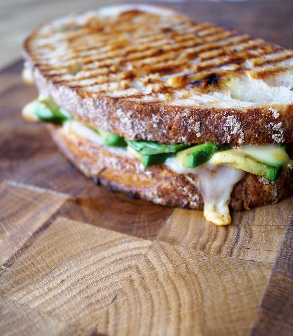 Surdeigstoast+med+kalkun%2C+avokado+og+basilika