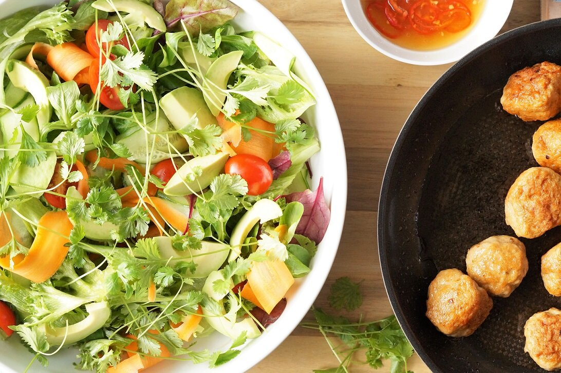 Thaisalat med spicy kjøttboller