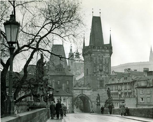 Il ponte Carlo a Praga in uno scatto del 1957 / Mark Susina