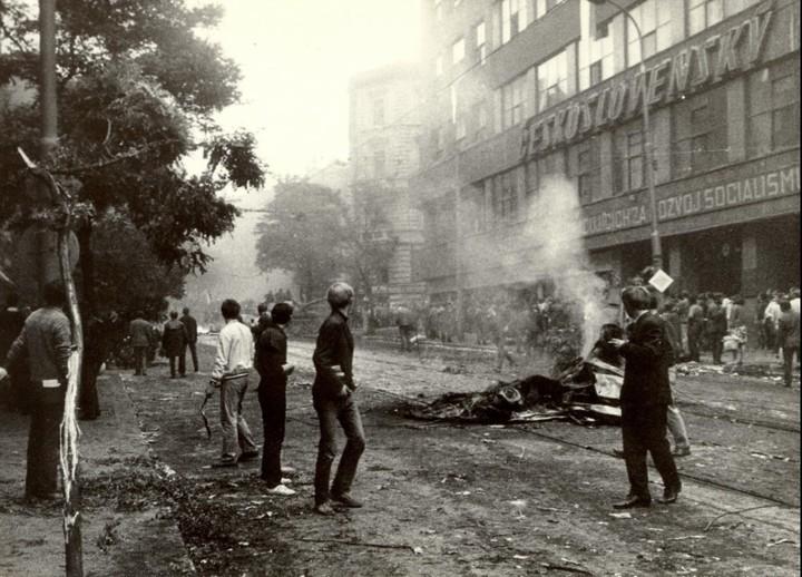 Scontri all'esterno di Radio Praga il 21 agosto '68 / Jiří Haleš