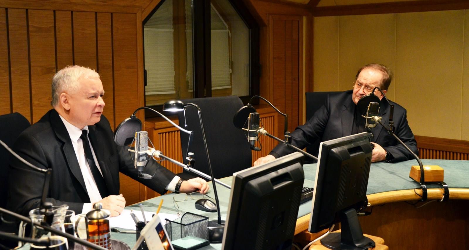 Il leader della destra polacca, Jarosław Kaczyński, ospite negli studi di Radio Maryja con il fondatore di quest'ultima, padre Tadeusz Rydzyk (dalla pagina Facebook di Radio Maryja).
