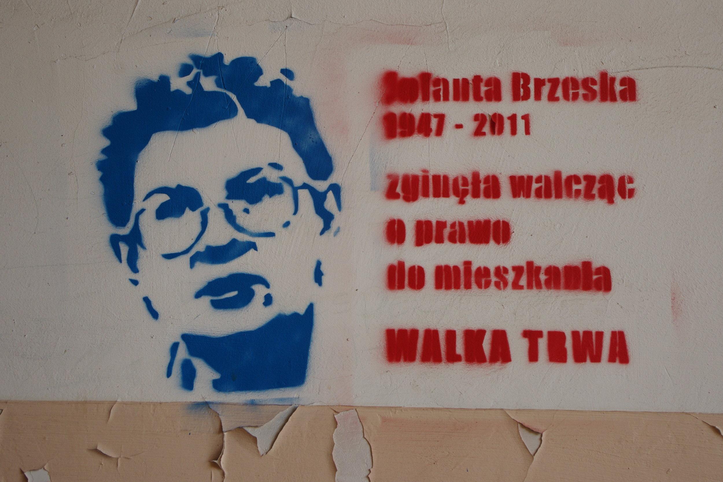 """Murales dedicato a Jolanta Brzeska nel centro di Varsavia. Recita """"è morta lottando per il diritto alla casa"""". La lotta continua"""""""