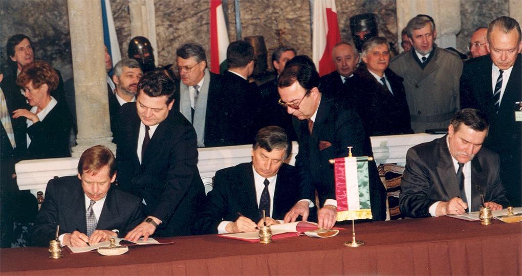 Lech Wałęsa e Václav Havel, presidenti polacco e cecoslovacco, firmano assieme al premier ungherese József Antall la costituzione del Gruppo Visegrád. Correva l'anno 1991.