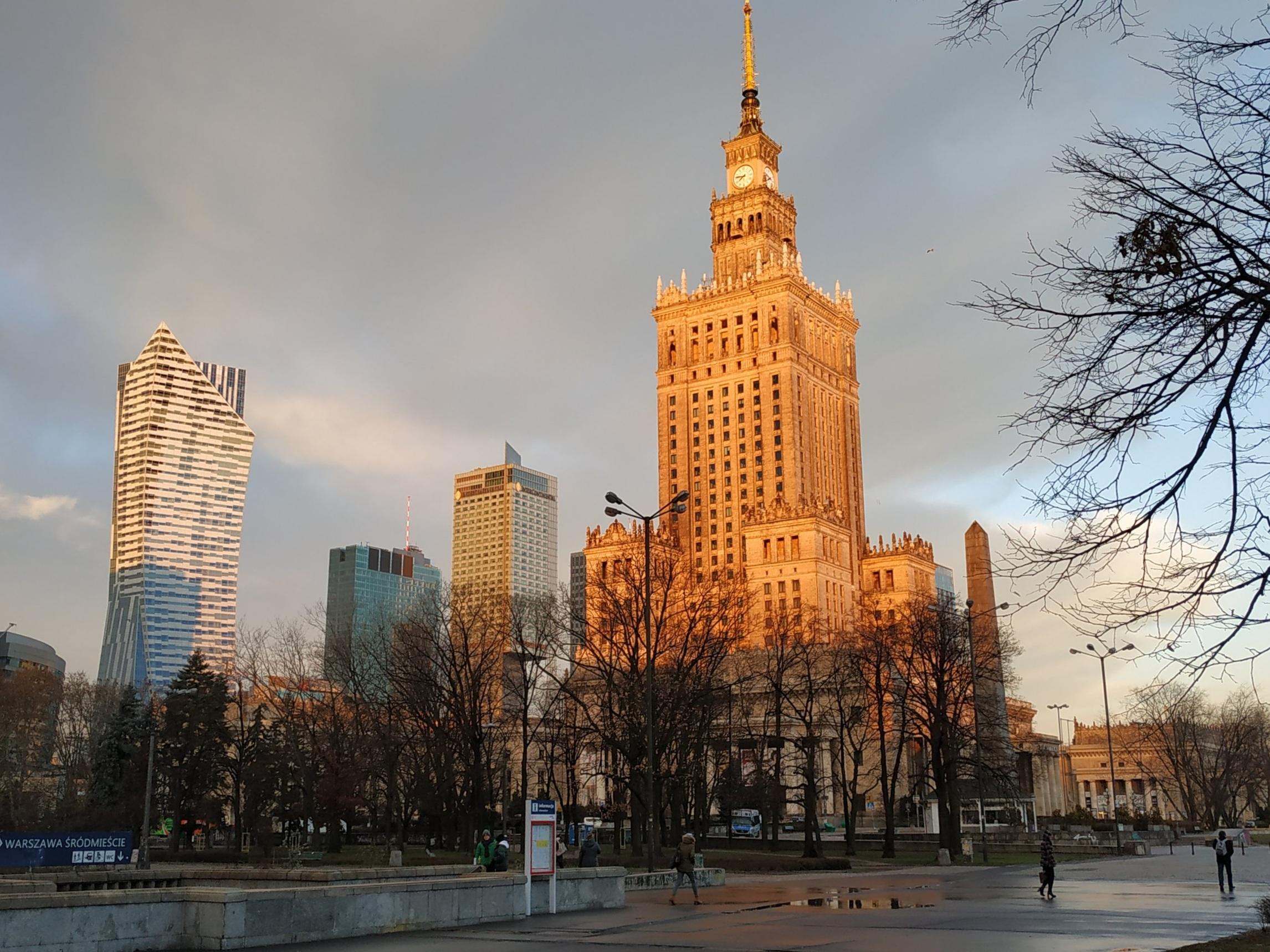 In primo piano il Palazzo della Cultura e della Scienza, sulla sinistra la torre di Złota 44