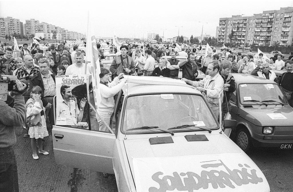 Militanti di Solidarność a Danzica durante la campagna per le elezioni del 4 giugno 1989 (Centro europeo Solidarność).