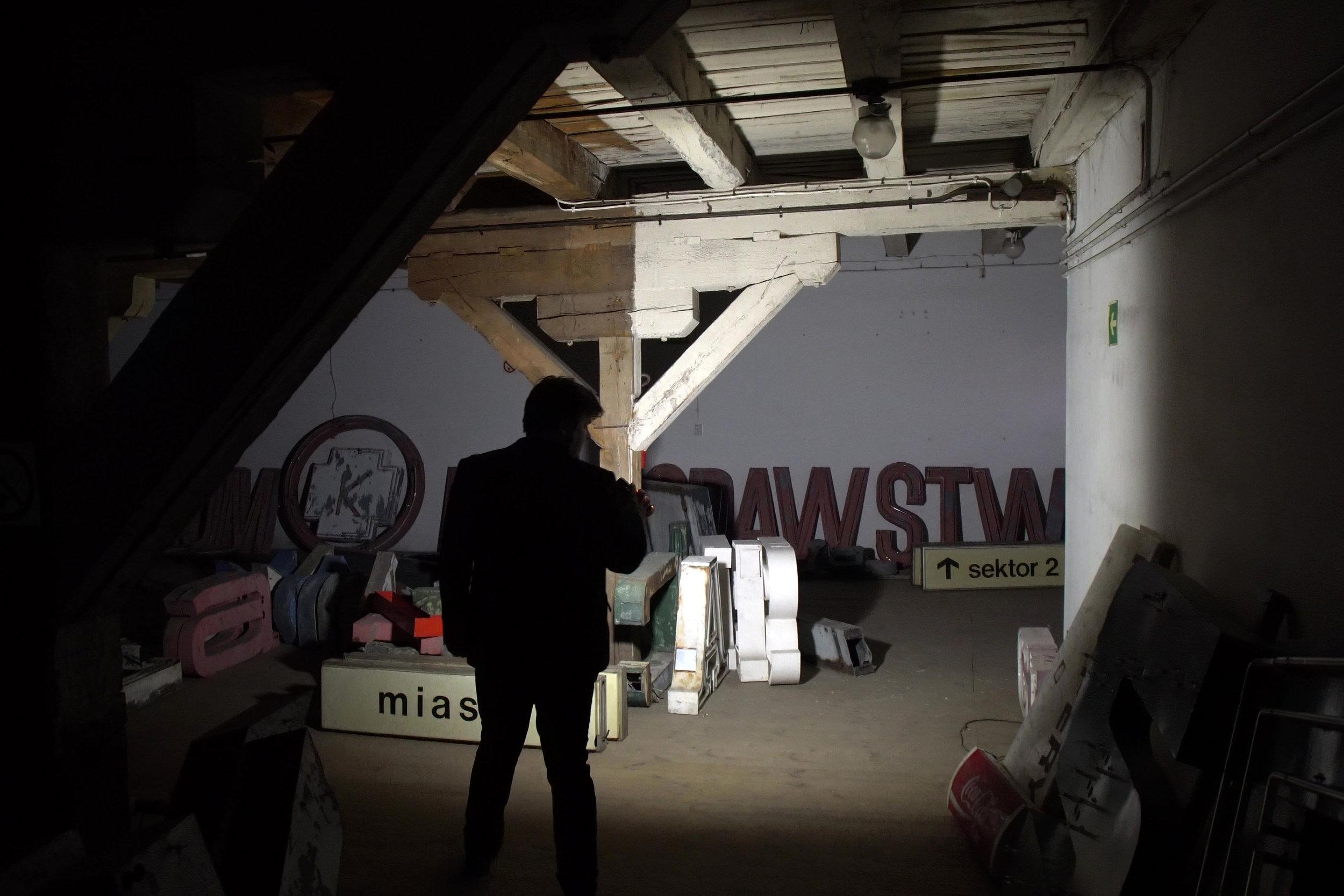 Il magazzino dove i responsabili del Neon Muzeum di Varsavia raccolgono le insegne colorate che illuminarono Varsavia e altre città dell'Est al tempo del comunismo.