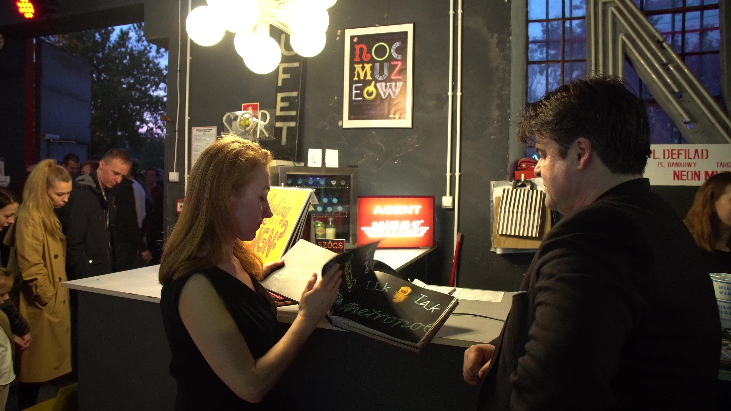 Ilona Karwińska e David Hill, i fondatori del Neon Muzeum.