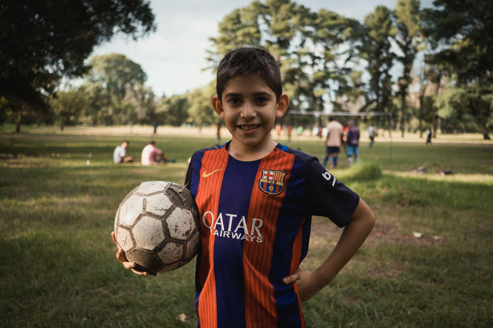 """Im Park 9 de Julio wird in den Abendstunden an jeder Ecke gekickt. """"Wenn ich groß bin, darf ich auch mitspielen."""" sagte mir dieser Junge."""