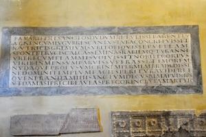 Titulus iussu Damasi papae incriptus.