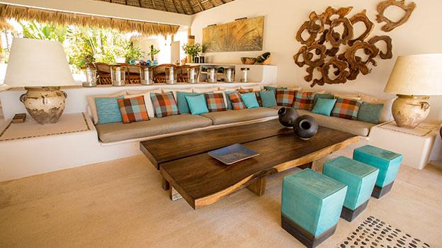 Salon   Una gran sala comedor bajo una enorme palapa abierta al océano