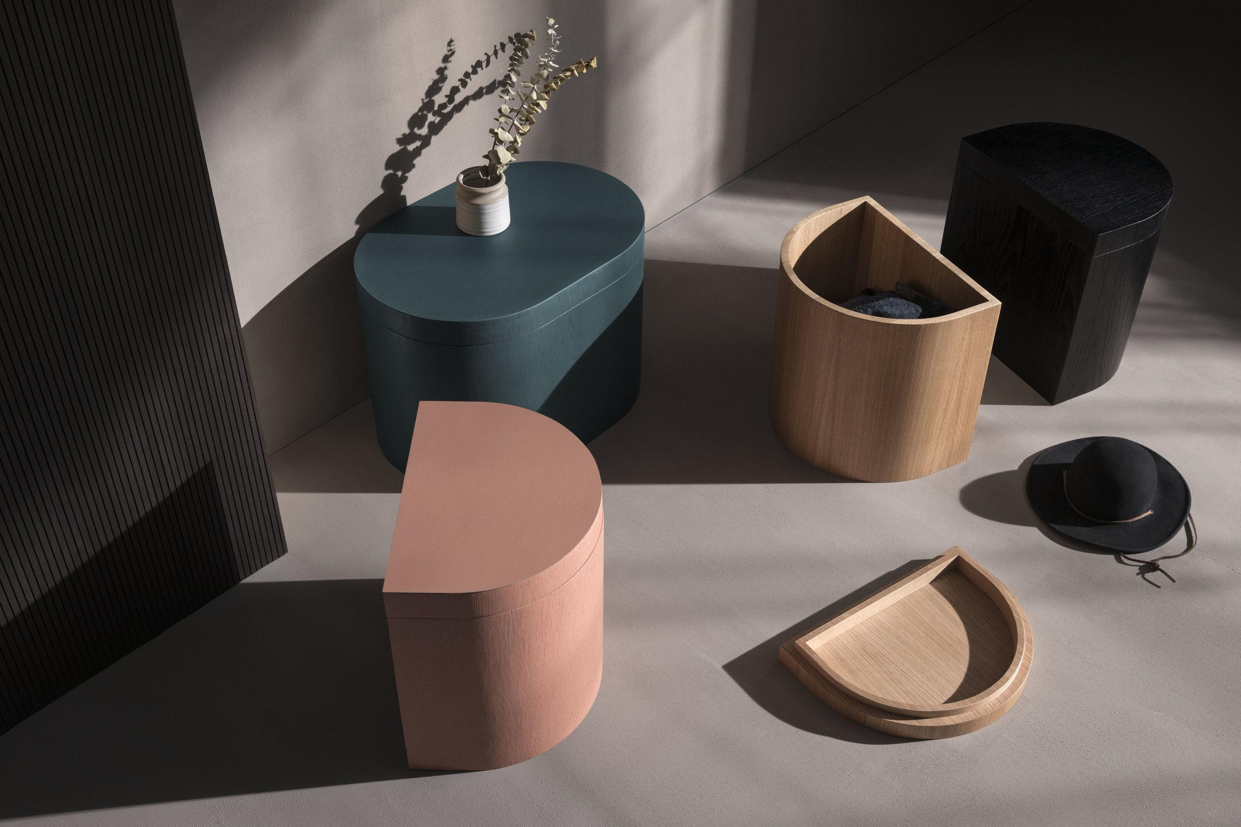 - LA CACHEottoman, table d'appoint, rangement, la cache est une pièce de mobilier multi fonctions. ses lignes géométriques simples mettent en valeur la noblesse du cuir et du bois.