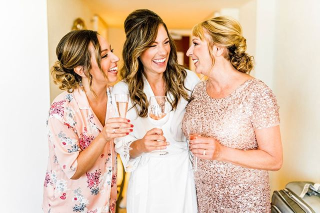 Cheers for making it halfway through the week! 🥂⠀ .⠀ .⠀ .⠀ We love this sweet picture of Erin on her big day, right before she walked down the aisle to Justin! See pictures of their gorgeous ceremony and reception on the O+H blog! ⠀ .⠀ .⠀ .⠀ Hair & Beauty: @beautytherapyinc // Photography: @kaylacoleslaw⠀ .⠀ .⠀ .⠀ #cheers #brideportrait #bride #bridestyle #instabride #realbride #downtoearthbride #bohobride #bridebeauty #bridalhair #weddinghairstyle #bridemakeup #bridalbeauty #bridalidea