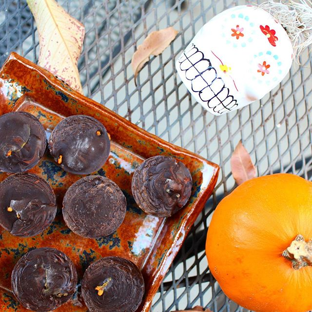 """HAPPY HALLOWEEN GHOULS Loving the spooky vibes and most importantly opportunity for all the chocolate (although, do you REALLY need one?) Check out @civilizedcaveman for the most recent post for these PALEO PUMPKIN ALMOND BUTTER """"REESE'S"""" CUPS Or follow down here👇🏽👻 FOR 24 mini cups CHOCOLATE 2 cups ground cacao ¾ cup melted coconut oil 1 TSP vanilla Mix together and pour into mini molds, filling 1/4 of the way- freeze for 10 minutes.  Combine ½ cup pumpkin, 1/3 cup almond butter, 1 TSP maple syrup, ½ TBSP pumpkin spice, and 1/4 tsp sea salt. Scoop about 1 TSP onto frozen chocolate and spread, freeze for 20 minutes. Pour remaining chocolate over and freeze until ready to hand out🎃"""