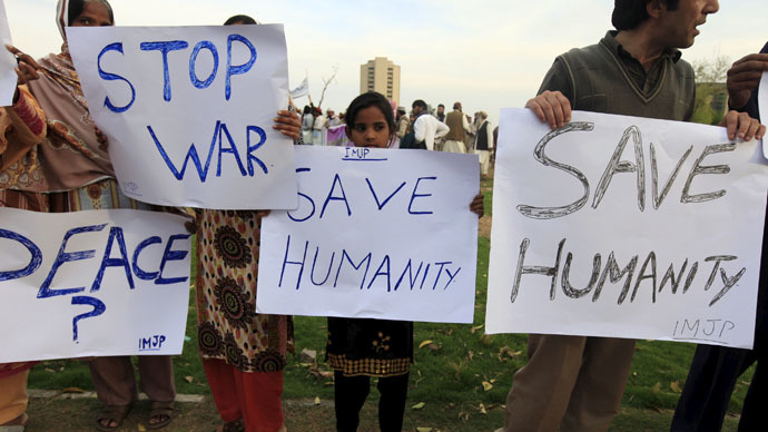 Members of International Movement for Justice and Peace (IMJP) hold placards demanding peace in Yemen during a demonstration in Islamabad March 30, 2015. (Reuters/Faisal Mahmood) © Reuters
