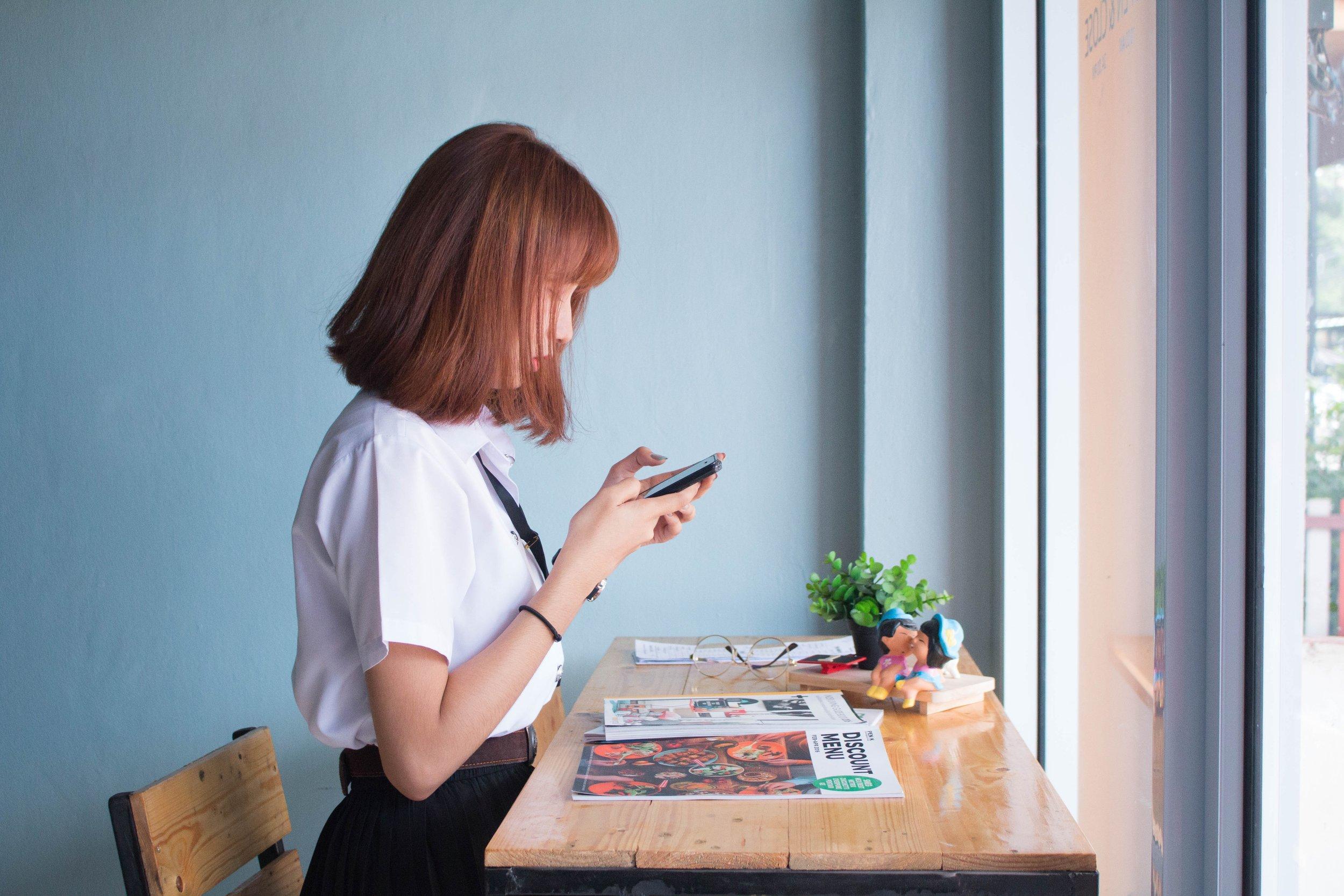 desk-girl-person-236907.jpg