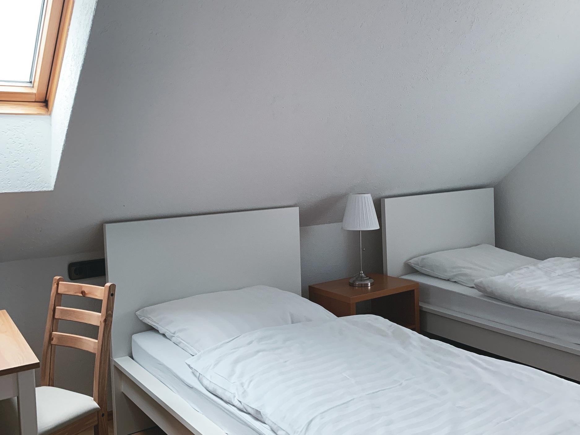 Einzelzimmer - (Doppelzimmer, das als Einzelzimmer genutzt wird)Bei 1 Übernachtung (inkl. 10,00 € Zuschlag) 60,00 € p. ZimmerAb 2 Übernachtungen 50,00 € p. ZimmerAb 7 Übernachtungen 39,00 € p. ZimmerAb 15 Übernachtungen 29,00 € p. ZimmerAb 25 Übernachtungen und mehr 22,00 € p. Zimmer