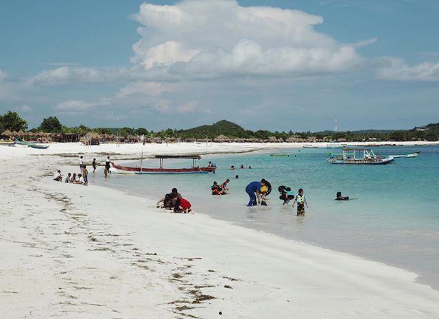 Locals enjoying the beach on a Sunday in Lombok 🐠  #indonesia #travel #travelphotography #lombok #kutalombok #sundayblues