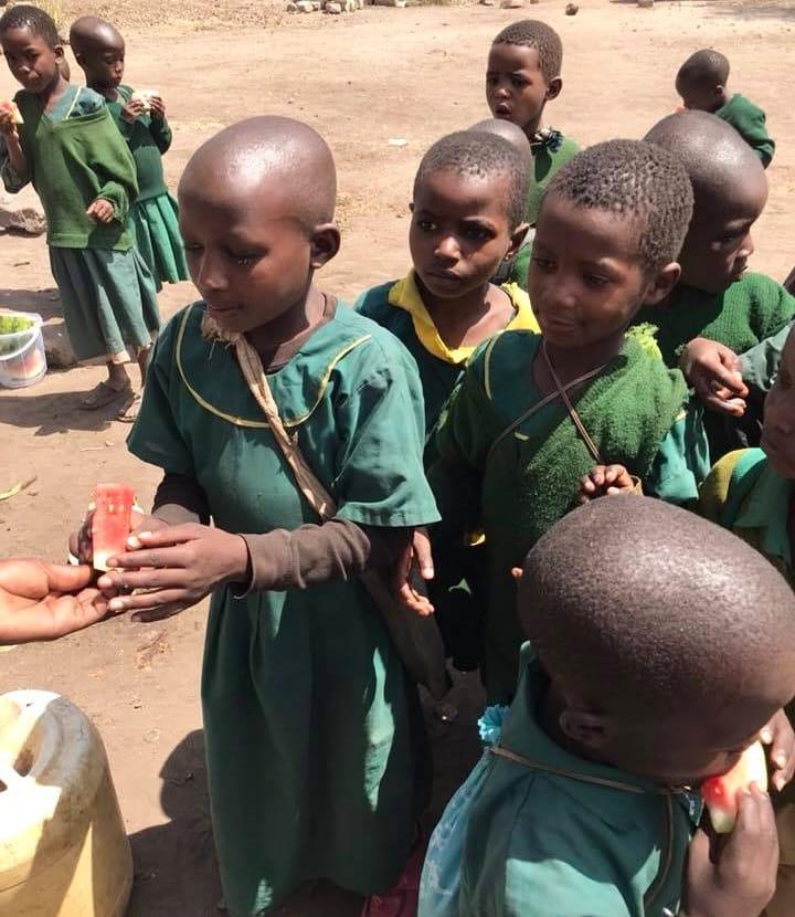 Τανζανία, Αφρική - 21 Μαίου, 2019   Η εποχή του καρπουζιού έφτασε 🍉 Το καρπούζι περιέχει 92% νερό και είναι μια προσωρινή λύση για τα διψασμένα παιδιά. Τα παιδιά του Ιδρύματος Ρέα θα ήθελαν να ευχαριστήσουν όλους όσους συνείσφεραν για την επερχόμενη κατασκευή της υδρευτικής υποδομής τους ώστε να έχουν καθημερινά σταθερή και καθαρή παροχή νερού για όλες τις οικογένειες της κοινότητας τους.