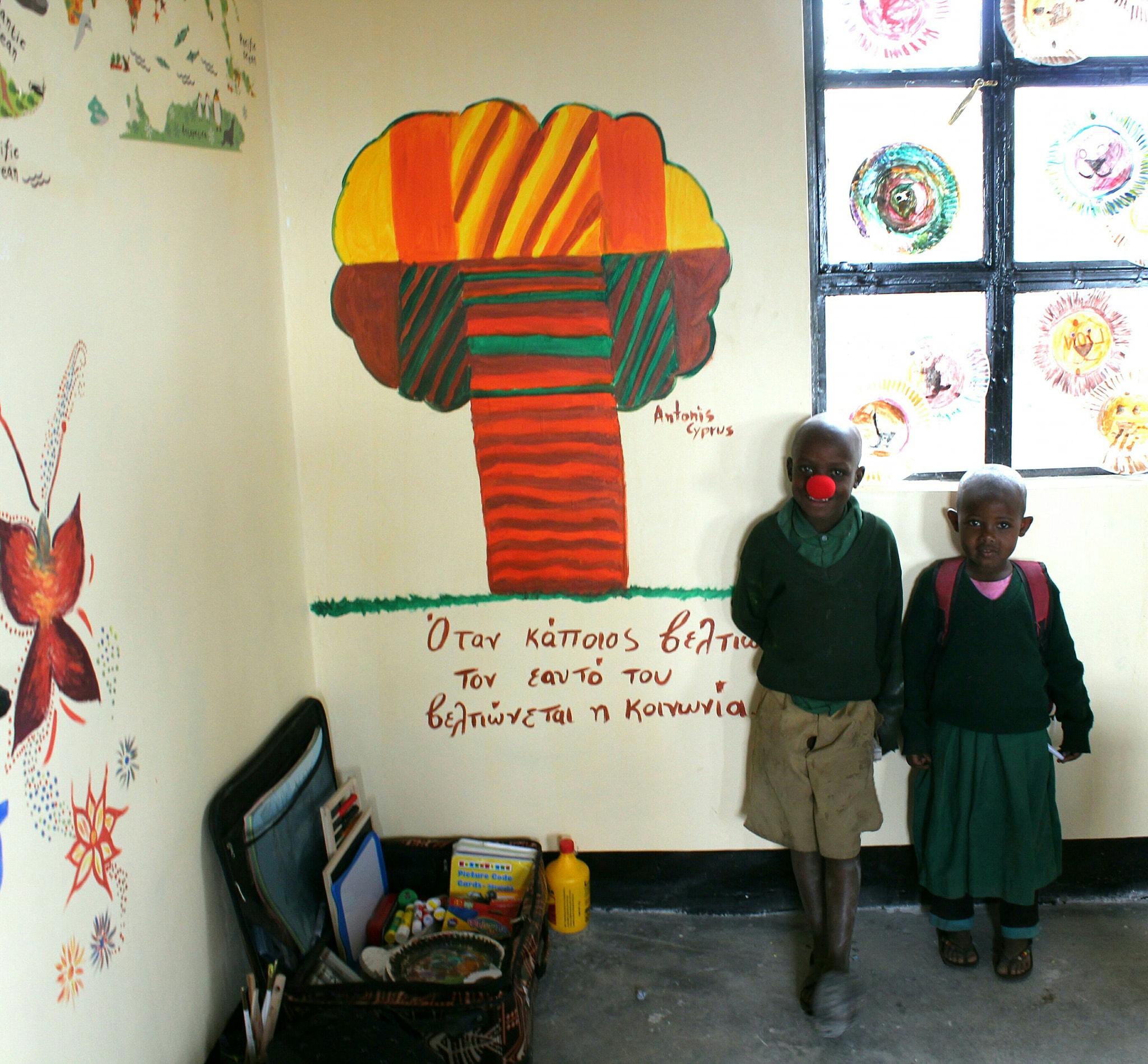 Τανζανία,   Αφρική - 16 Νοεμβρίου, 2018   Το δεντράκι του 9χρονου Αντώνη Πισσαρίδη που διακοσμεί τις οικολογικές τσάντες που δημιούργησε για να μαζέψει εισφορές για το σκοπό μας είναι πλέον μέρος του σχολείου και τα παιδιά το λατρεύουν. Οι πράξεις του βοήθησαν στην αγορά των καινούργιων θρανίων για τους μαθητές. 👏 Σε ευχαριστούμε Αντώνη μου για την πρωτοβουλία σου.