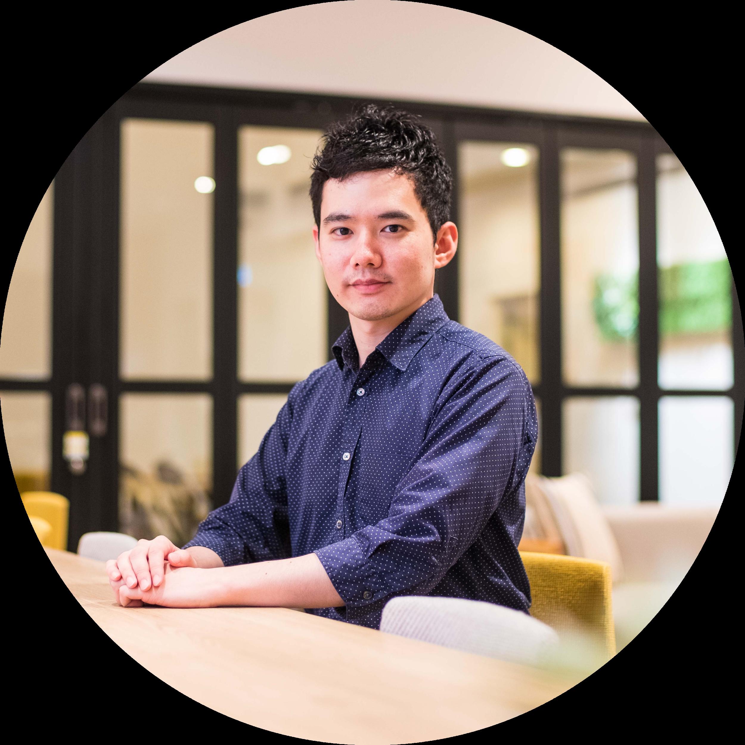 清水 勝也 執行役員 - 大学卒業後、日系IT企業・外資系IT企業に勤務。日系IT企業では訪問医療・地域包括ケアを支援するSaaSシステムを開発し、外資系IT企業では電子カルテ導入業務に従事。